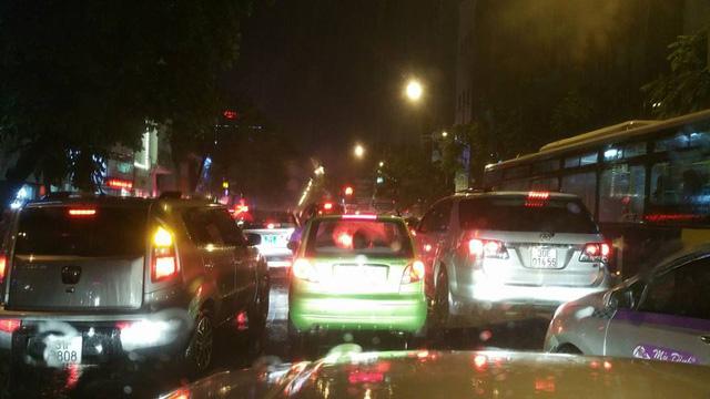 Hà Nội: Mưa như trút nước vào giờ tan tầm, hàng loạt xe sang chết đứng - Ảnh 14.