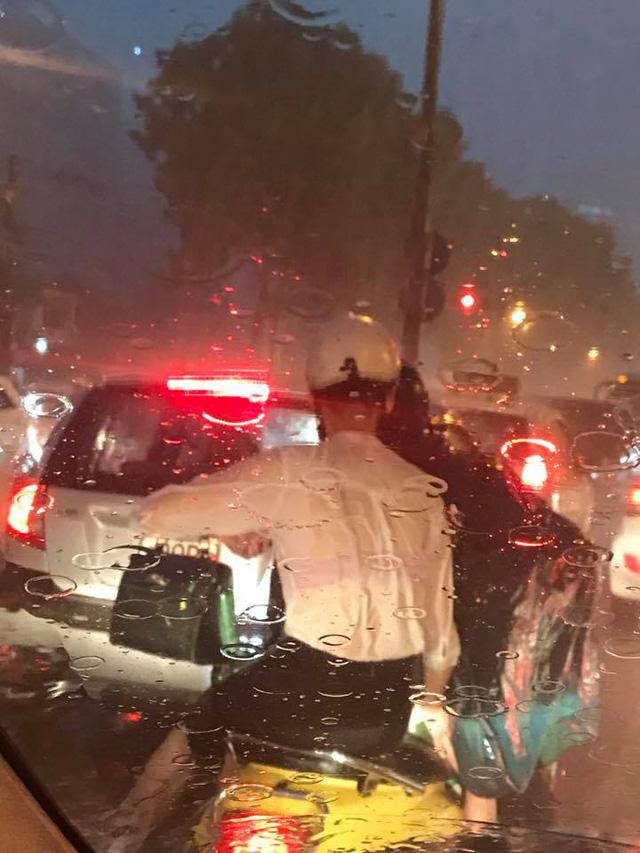 Hà Nội: Mưa như trút nước vào giờ tan tầm, hàng loạt xe sang chết đứng - Ảnh 16.