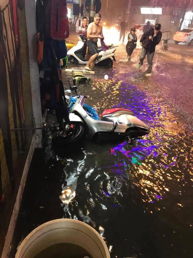 Hà Nội: Mưa như trút nước vào giờ tan tầm, hàng loạt xe sang chết đứng - Ảnh 6.