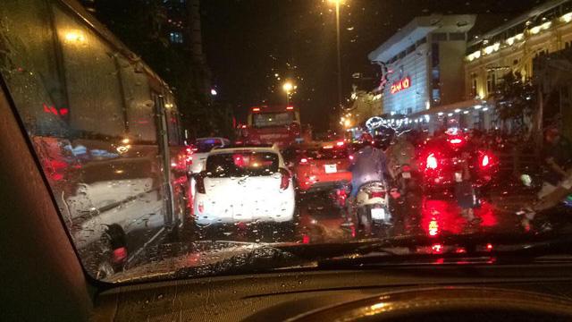 Hà Nội: Mưa như trút nước vào giờ tan tầm, hàng loạt xe sang chết đứng - Ảnh 15.
