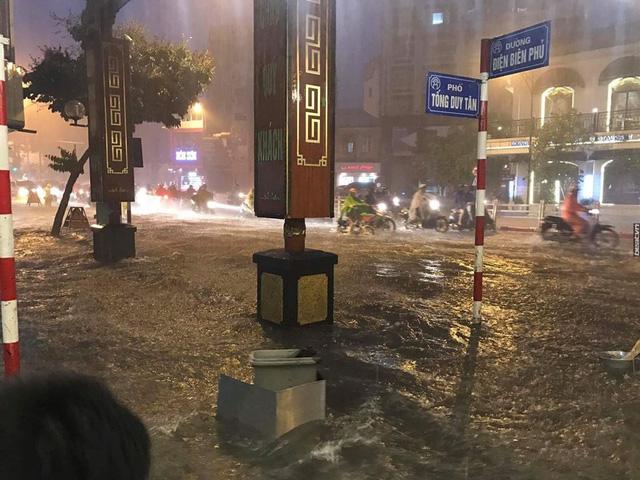 Hà Nội: Mưa như trút nước vào giờ tan tầm, hàng loạt xe sang chết đứng - Ảnh 1.