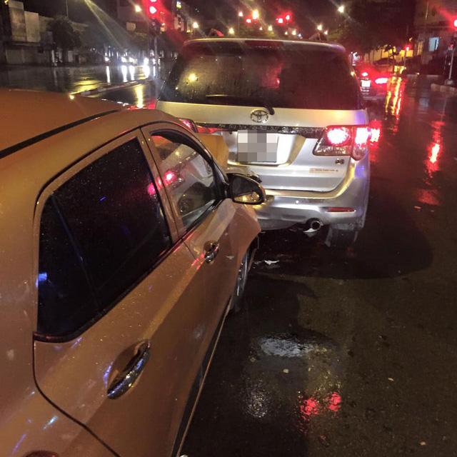 Hà Nội: Kiều nữ say rượu lái Hyundai Grand i10 đâm vào đuôi Toyota Fortuner - Ảnh 1.
