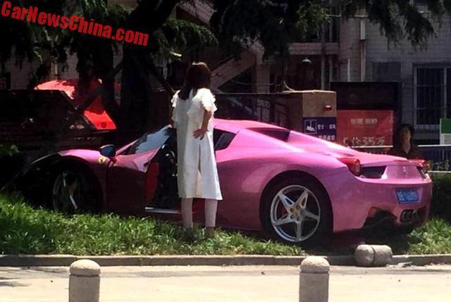Cô gái trẻ gây tai nạn cho siêu xe Ferrari 458 Spider màu hồng - Ảnh 1.