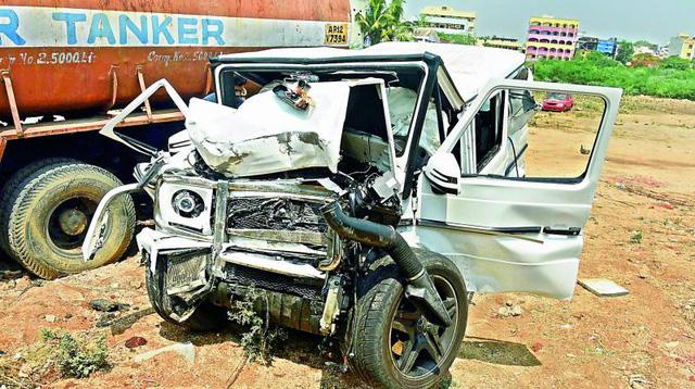 Mercedes-Benz G63 AMG lao thẳng vào trụ cầu vượt ở tốc độ cao khiến 2 thanh niên tử vong - Ảnh 7.