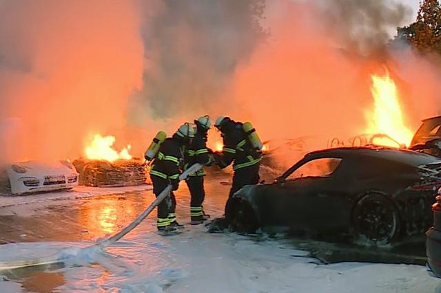 12 chiếc xe sang Porsche của một đại lý bị phóng hỏa đốt cháy - Ảnh 2.
