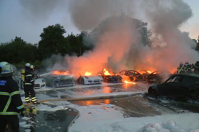 12 chiếc xe sang Porsche của một đại lý bị phóng hỏa đốt cháy - Ảnh 3.