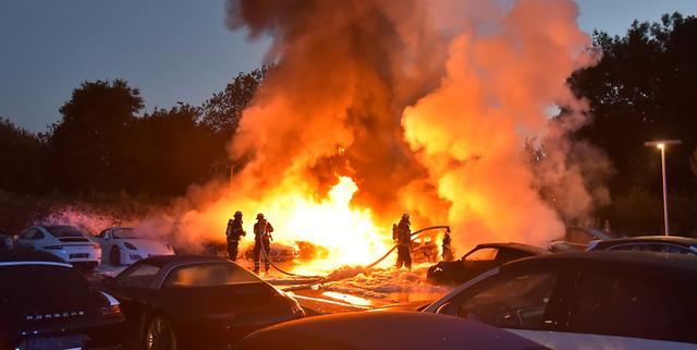 12 chiếc xe sang Porsche của một đại lý bị phóng hỏa đốt cháy - Ảnh 1.