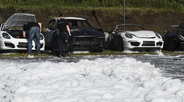 12 chiếc xe sang Porsche của một đại lý bị phóng hỏa đốt cháy - Ảnh 8.