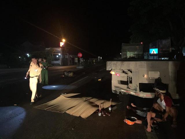 Nghệ An: Xe máy kẹp 3 đâm vào xe đầu kéo đỗ bên đường, 2 thanh niên tử vong - Ảnh 1.