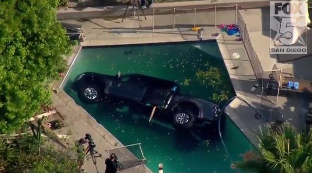 Xe bán tải cỡ lớn Ford F-150 Raptor 2017 chết đuối trong bể bơi - Ảnh 2.