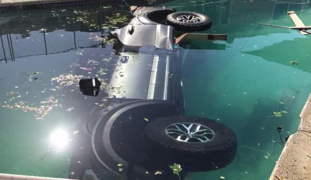Xe bán tải cỡ lớn Ford F-150 Raptor 2017 chết đuối trong bể bơi - Ảnh 6.