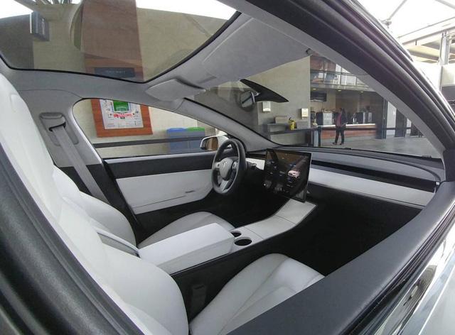 Cận cảnh chiếc xe hot Tesla Model 3 đầu tiên xuất xưởng - Ảnh 3.