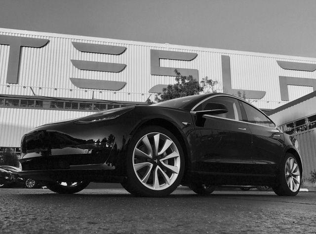 Cận cảnh chiếc xe hot Tesla Model 3 đầu tiên xuất xưởng - Ảnh 1.