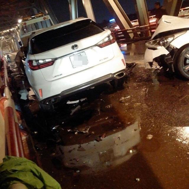 Đi vào làn ô tô trên cầu Chương Dương, xe máy kẹp ba va chạm với Lexus và Hyundai - Ảnh 1.