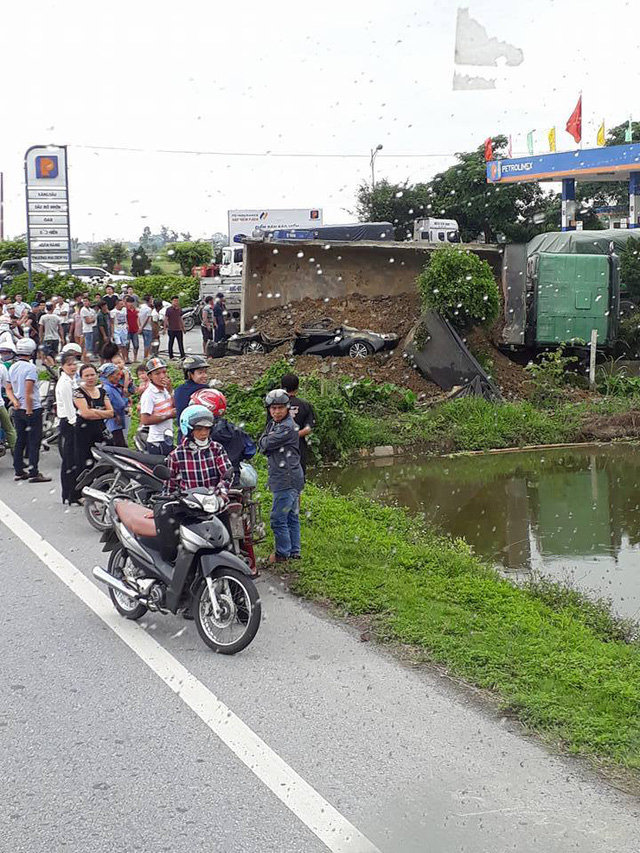 Nam Định: Xe ben chở đất đá lật ngang, đè bẹp Toyota Corolla chạy cùng chiều - Ảnh 1.