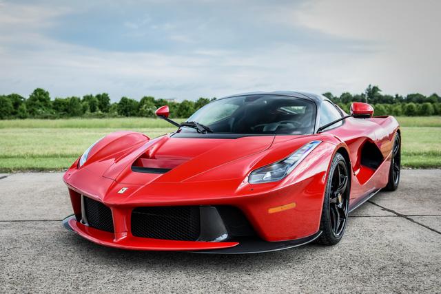 Cặp đôi siêu xe Ferrari LaFerrari được mua bởi Võ sỹ triệu phú Floyd Mayweather.