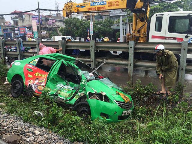 Hà Nội: Tàu hỏa kéo lê taxi, tài xế nguy kịch - Ảnh 1.