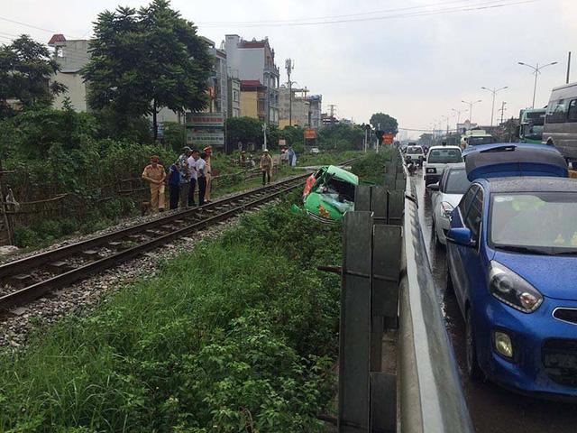 Hà Nội: Tàu hỏa kéo lê taxi, tài xế nguy kịch - Ảnh 3.