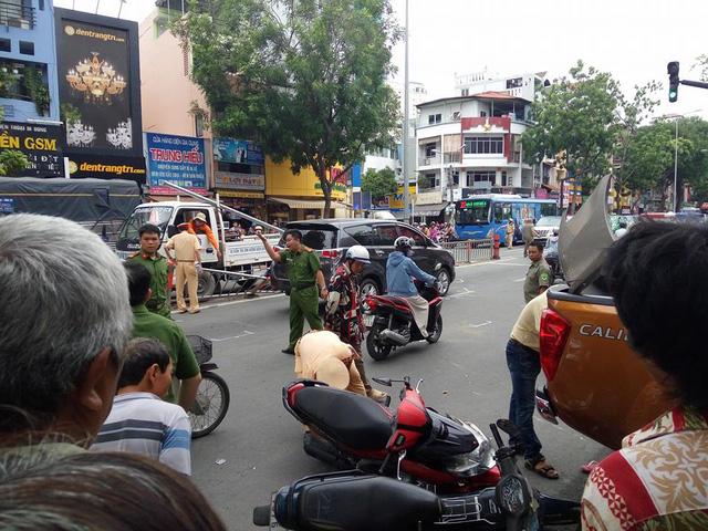 Sài Gòn: Nissan Navara đâm hàng loạt ô tô và xe máy trước khi lao vào cửa hàng bên đường - Ảnh 1.