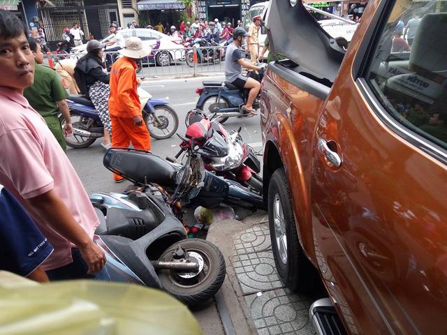 Sài Gòn: Nissan Navara đâm hàng loạt ô tô và xe máy trước khi lao vào cửa hàng bên đường - Ảnh 2.