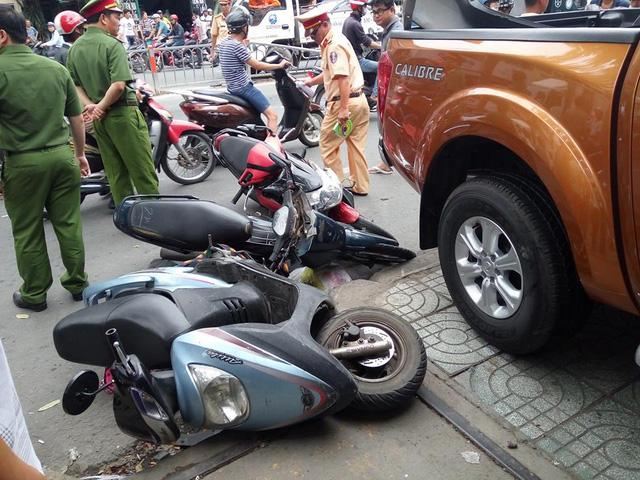 Sài Gòn: Nissan Navara đâm hàng loạt ô tô và xe máy trước khi lao vào cửa hàng bên đường - Ảnh 3.