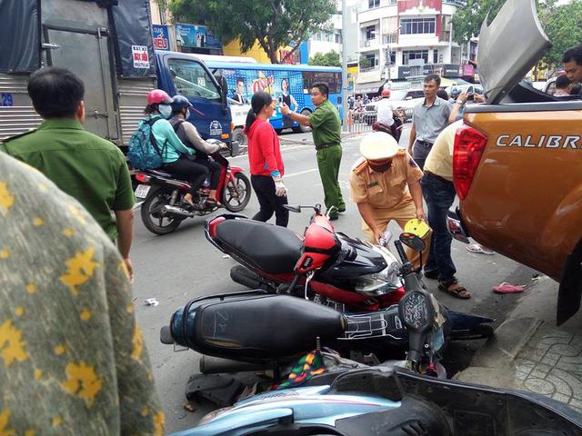 Sài Gòn: Nissan Navara đâm hàng loạt ô tô và xe máy trước khi lao vào cửa hàng bên đường - Ảnh 4.