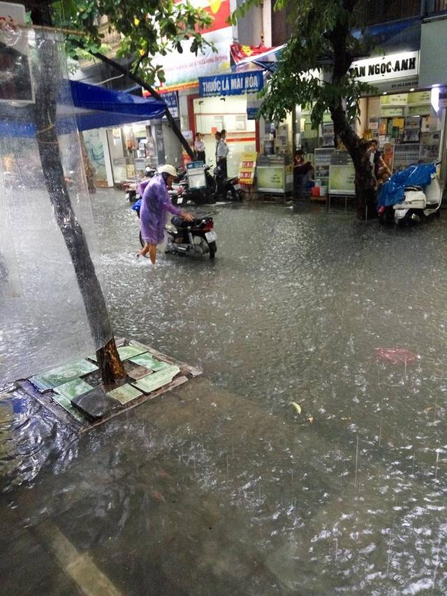 Mưa như trút nước, nhiều tuyến phố Hà Nội biến thành sông - Ảnh 3.