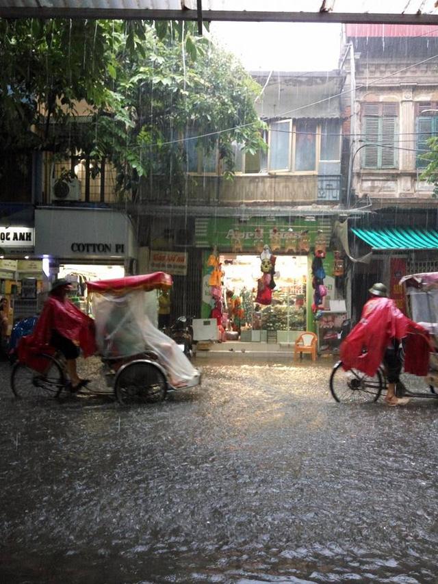 Mưa như trút nước, nhiều tuyến phố Hà Nội biến thành sông - Ảnh 4.