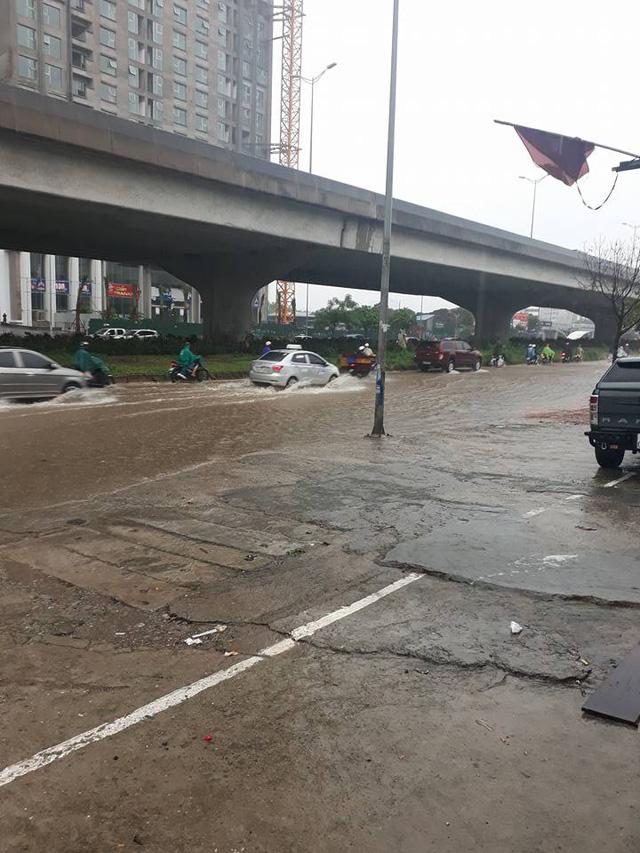 Mưa như trút nước, nhiều tuyến phố Hà Nội biến thành sông - Ảnh 5.