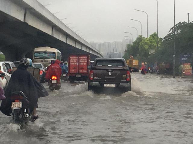 Mưa như trút nước, nhiều tuyến phố Hà Nội biến thành sông - Ảnh 6.