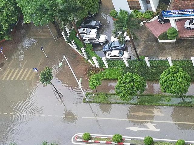 Mưa như trút nước, nhiều tuyến phố Hà Nội biến thành sông - Ảnh 7.