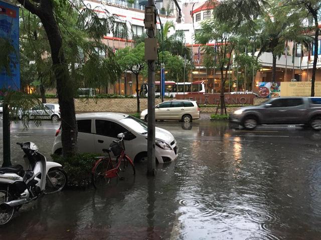 Mưa như trút nước, nhiều tuyến phố Hà Nội biến thành sông - Ảnh 8.