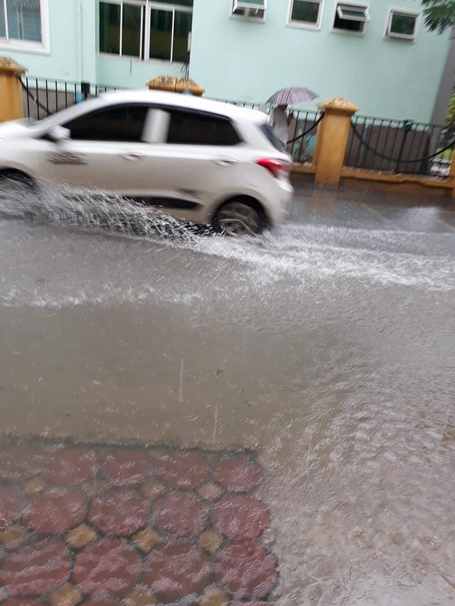 Mưa như trút nước, nhiều tuyến phố Hà Nội biến thành sông - Ảnh 9.
