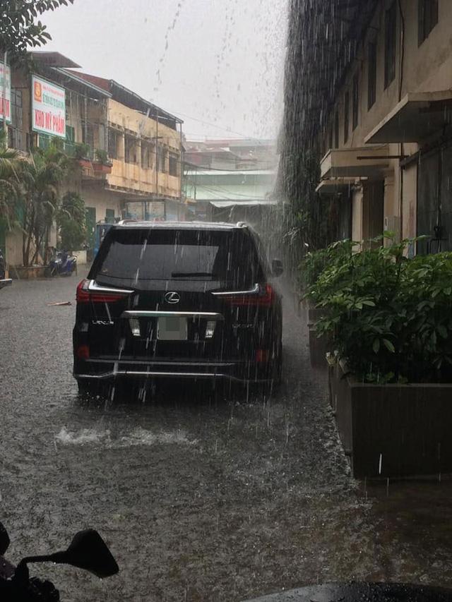 Mưa như trút nước, nhiều tuyến phố Hà Nội biến thành sông - Ảnh 10.