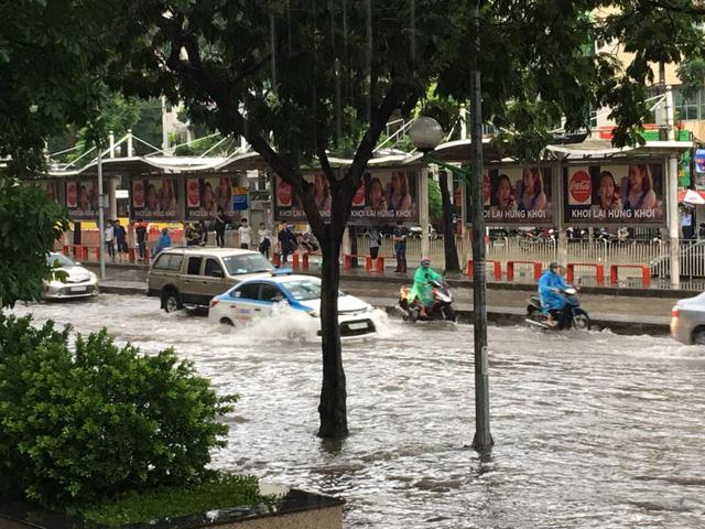 Mưa như trút nước, nhiều tuyến phố Hà Nội biến thành sông - Ảnh 11.