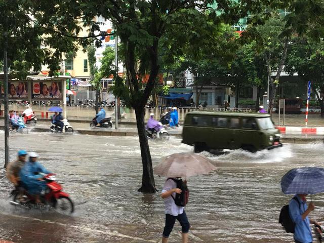 Mưa như trút nước, nhiều tuyến phố Hà Nội biến thành sông - Ảnh 12.