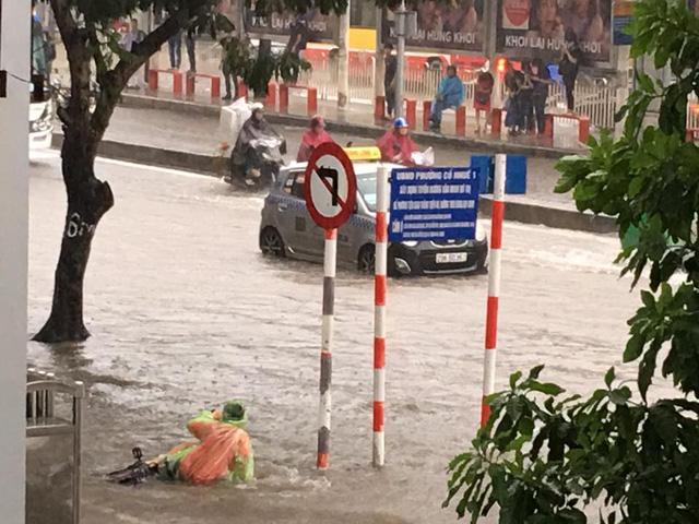 Mưa như trút nước, nhiều tuyến phố Hà Nội biến thành sông - Ảnh 13.