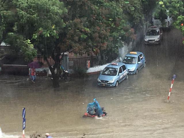 Mưa như trút nước, nhiều tuyến phố Hà Nội biến thành sông - Ảnh 14.