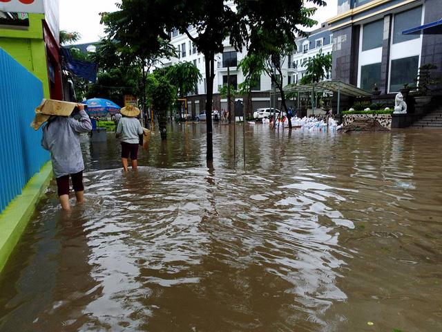 Mưa như trút nước, nhiều tuyến phố Hà Nội biến thành sông - Ảnh 15.