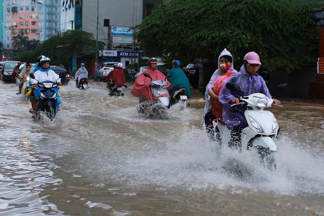 Mưa như trút nước, nhiều tuyến phố Hà Nội biến thành sông - Ảnh 1.