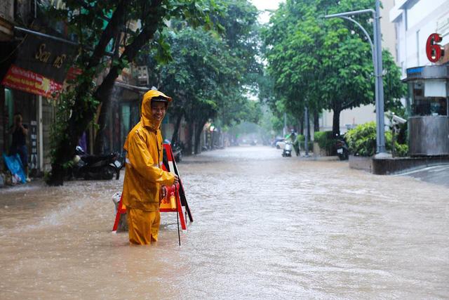 Mưa như trút nước, nhiều tuyến phố Hà Nội biến thành sông - Ảnh 2.