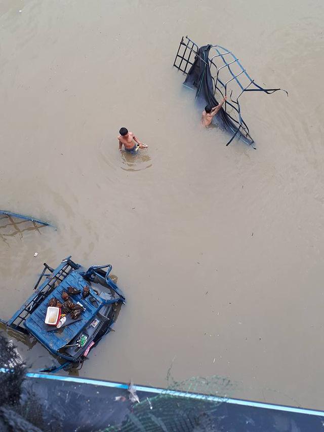 Ninh Thuận: Xe tải chở gà đâm sập lan can cầu, lao xuống sông - Ảnh 1.