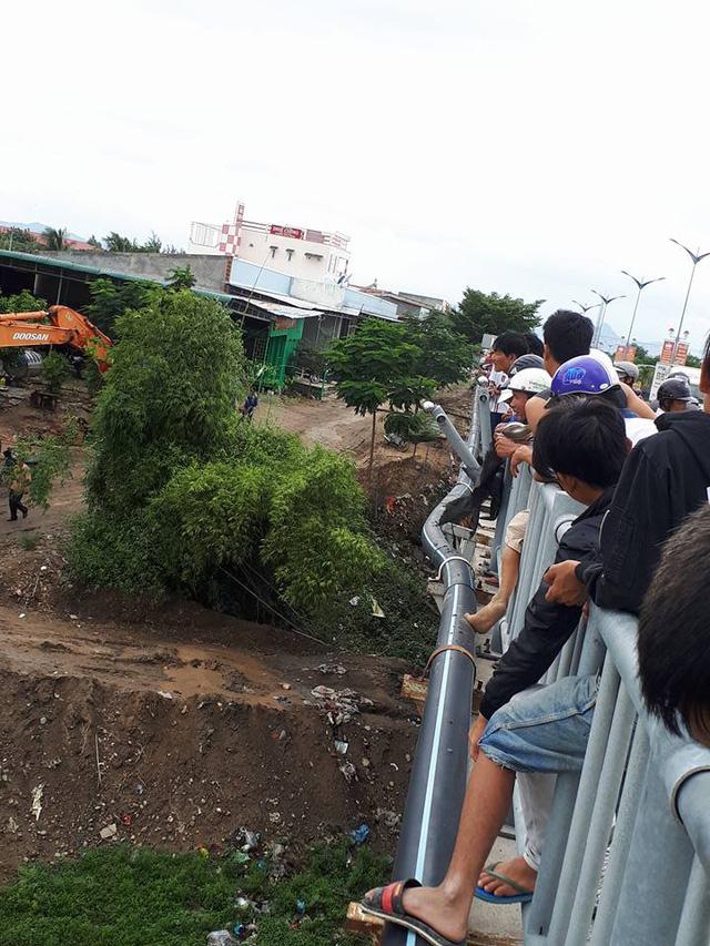 Ninh Thuận: Xe tải chở gà đâm sập lan can cầu, lao xuống sông - Ảnh 2.