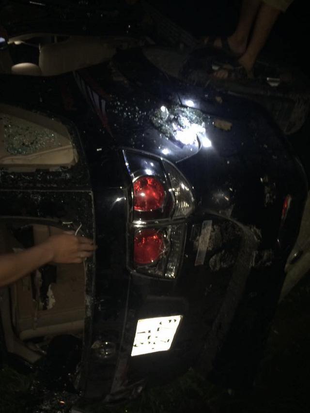 Hải Dương: Nghi bắt cóc trẻ em, người dân đập phá và đốt một chiếc Toyota Fortuner - Ảnh 5.