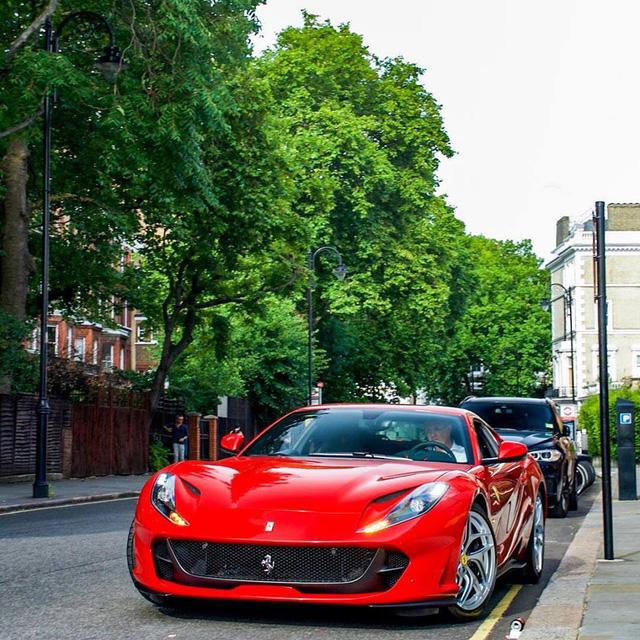 Chiêm ngưỡng chiếc siêu xe Ferrari 812 Superfast đầu tiên dành cho khách - Ảnh 2.
