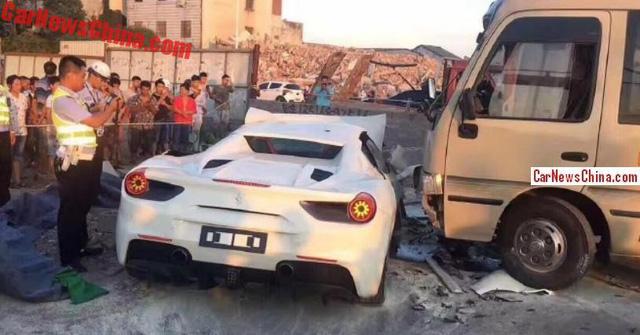 Ferrari 488 Spider chưa ra biển đâm sập tường rồi bị xe buýt tông tiếp - Ảnh 2.