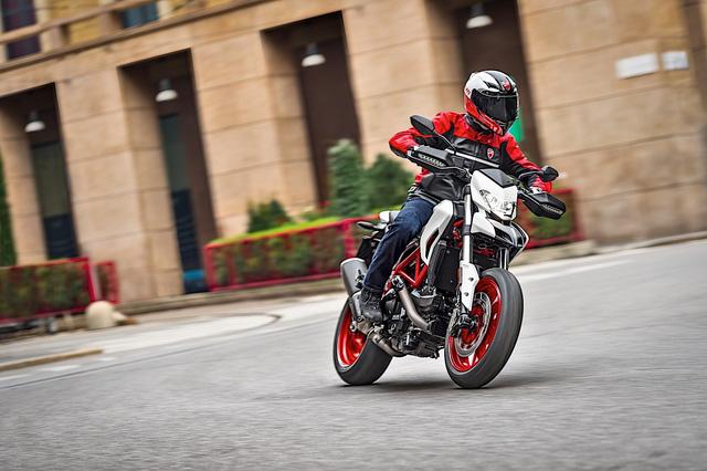 Ducati Hypermotard 939 2018 có thêm màu sơn trắng nổi bật - Ảnh 3.