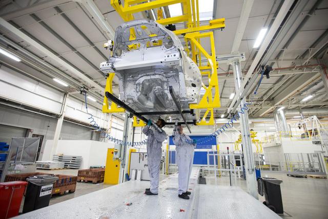 Khám phá dây chuyền sản xuất mãnh thú Aston Martin DB11 - Ảnh 2.