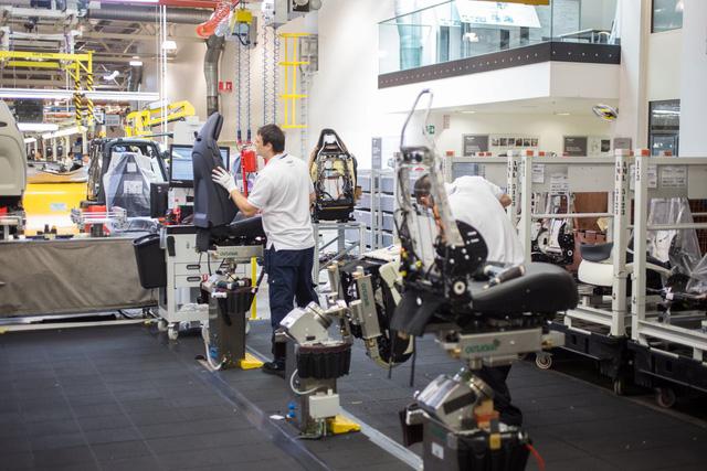 Khám phá dây chuyền sản xuất mãnh thú Aston Martin DB11 - Ảnh 7.