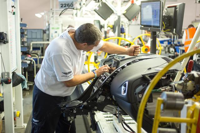 Khám phá dây chuyền sản xuất mãnh thú Aston Martin DB11 - Ảnh 8.
